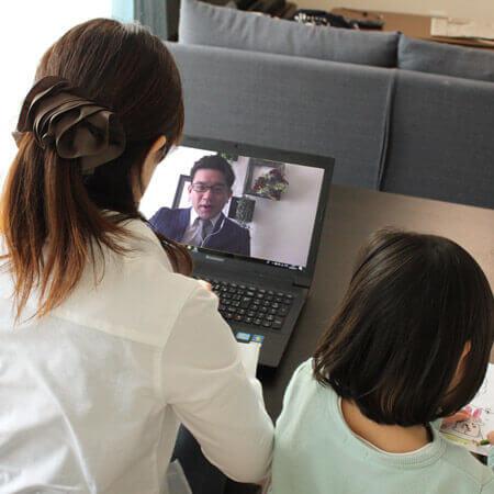 子どもの隣で社内WEBミーティングをしている在宅秘書の様子